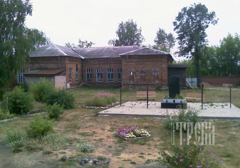 Здание Напольной школы, возле которой и основался монастырь